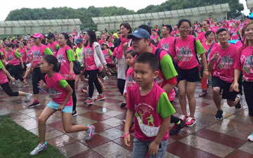 fun run runners in pink and green